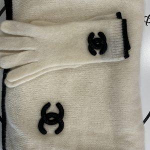 Echarpe et gants CHANEL