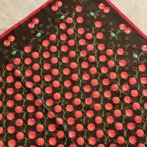 Louis Vuitton Foulard Monogram Cerise en soie